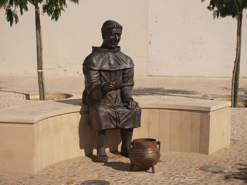 Stone soup Estátua_de_frade_em_Almeirim