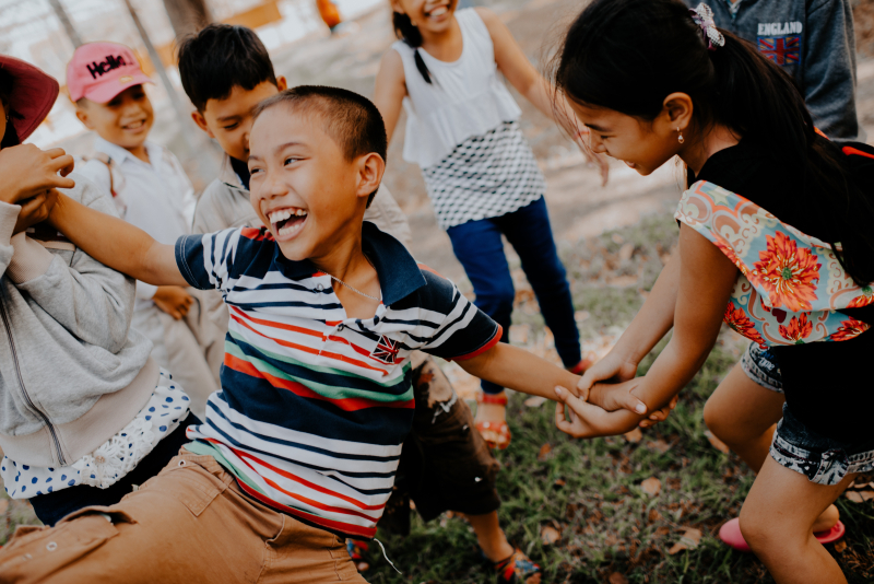 Laughing kids mi-pham-0DPyb8t_KfI-unsplash